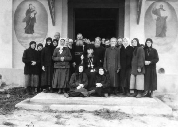Епископ Онисифор (Пономарев), иеромонах Рафаил, иеросхимонах Мелетий (Бармин) с прихожанами у Благовещенского храма