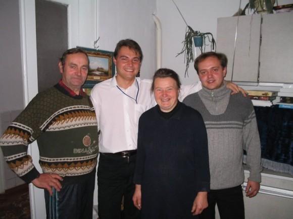 С родителями Николаем и Надеждой. г. Корец. 2002 год