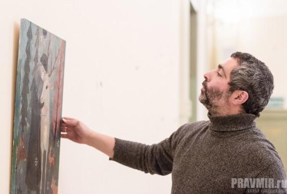 Поэт Константин Гадаев помогает развешивать картины