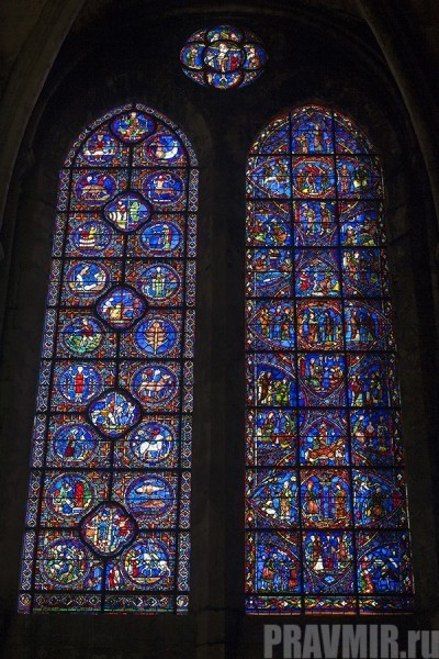 Собор славится цветными витражами, общая площадь которых составляет около 2000 м2. Шартрская коллекция средневековых витражей является абсолютно уникальной: более 150 окон, наиболее древние из которых были созданы в XII веке.