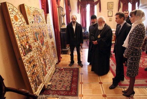 Патриарх Илия II с премьер-министром Грузии Бидзиа Иванишвили и его супругой перед иконой Всех грузинских святых