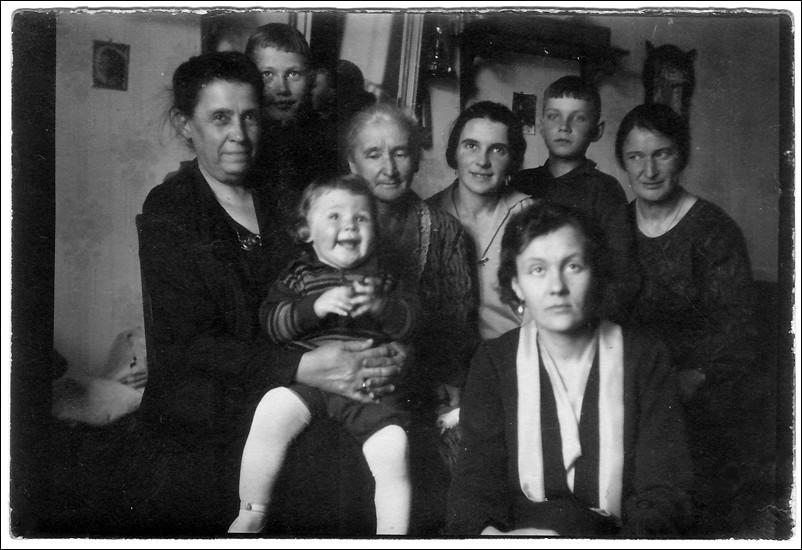 1930 г. Алеша Ридигер на руках у бабушки. В кругу родных.