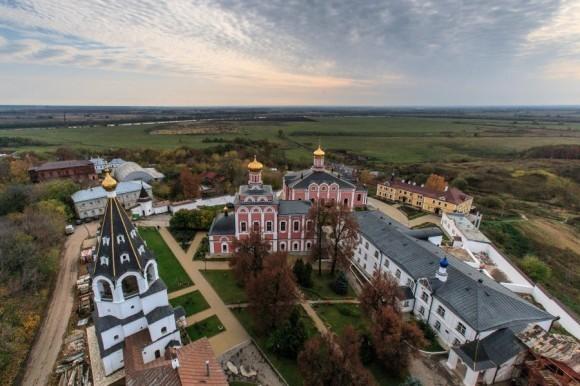 Вид на монастырь с большой колокольни