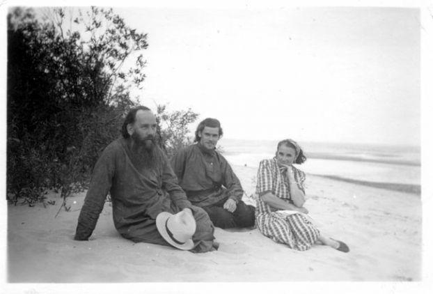 Патриарх Московский и всея Руси Алексий II (в центре) в молодости с родителями - отцом Михаилом Ридигером и матерью Еленой Ридигер (Писаревой) (ок.1948-1955)