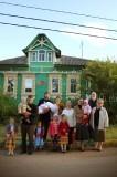 Семья о. Федора напротив роддома