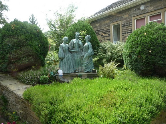 Статуя Сестер Бронте во внутреннем дворе Музея