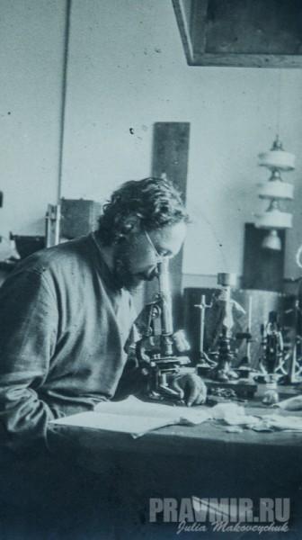 Отдел материаловедения ГЭЭИ. Священник Павел Флоренский в лаборатории на улице Покровка. Москва, декабрь, 1929