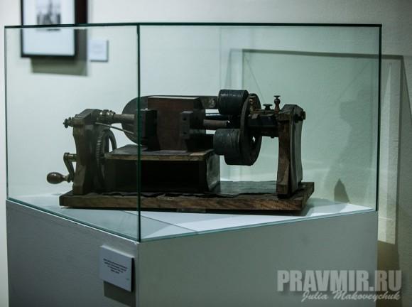 Макет прибора для решения алгебраических уравнений и интегрирования, созданный П.А.Флоренским в 1922 году. Дерево, металл