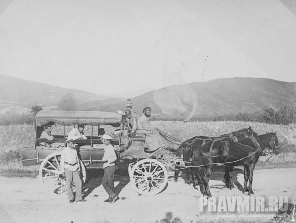 Дилижанс в Коджоры или на Манглис (?). П.А. Флоренский стоит первый слева. Около 1896. Серебряно-желатиновый отпечаток