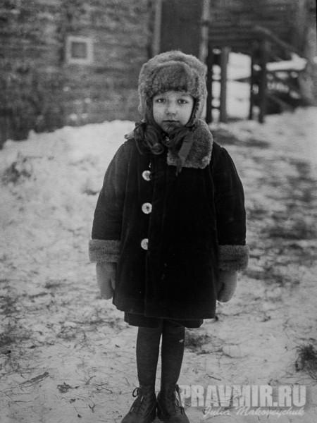 Мария Флоренская. Во дворе дома. Сергиев Посад, около 1928. Цифровая печать со стеклянного негатива