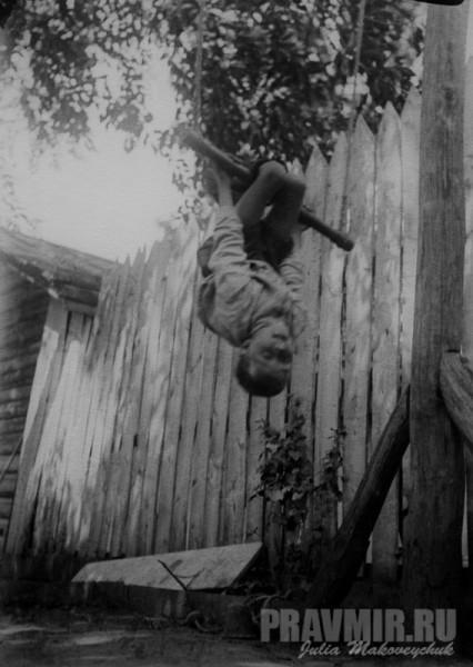 Михаил Флоренский. Во дворе дома. Сергиев Посад, около 1928. Цифровая печать со стеклянного негатива