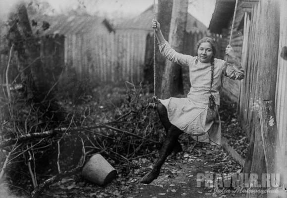 Ольга Флоренская. Во дворе дома. Сергиев Посад, конец 1920-х. Цифровая печать со стеклянного негатива