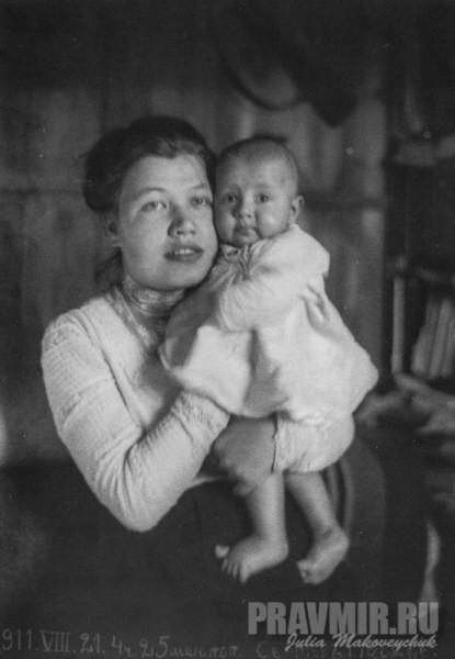 Анна Михайловна Флоренская с сыном Василием. Сергиев Посад, 21 августа 1911. Цифровая печать со стеклянного негатива