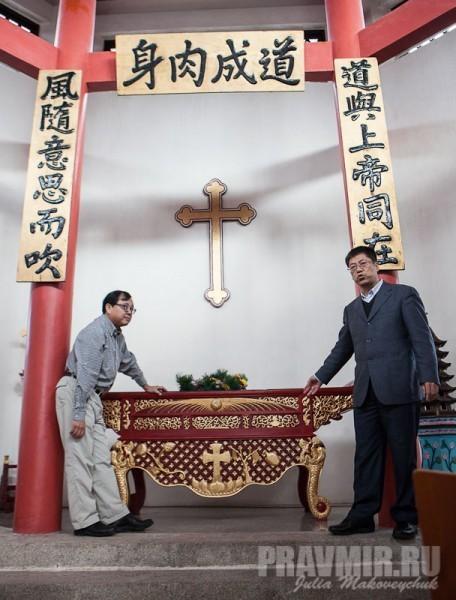 Чжан Байчунь рассказывает об устройстве алтаря
