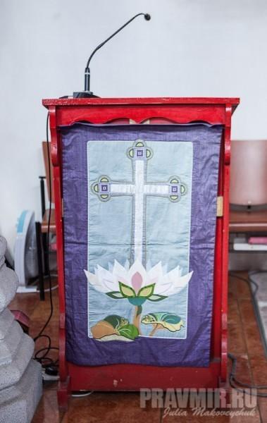 Украшение кафедры ввиде креста на лотосе – своеобразное сочетание христианских и восточных симовлов