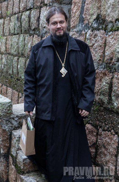 Владыка Ефрем после посещения часовни, устроенной внутри стены