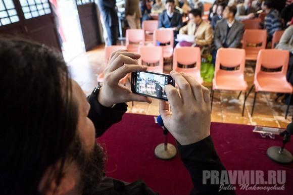Прот. Дионисий фотографирует на память общий вид зала, в котором проходила конференция