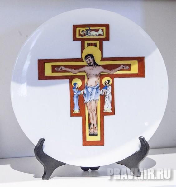 Подарочная тарелка в сувенироной лавке
