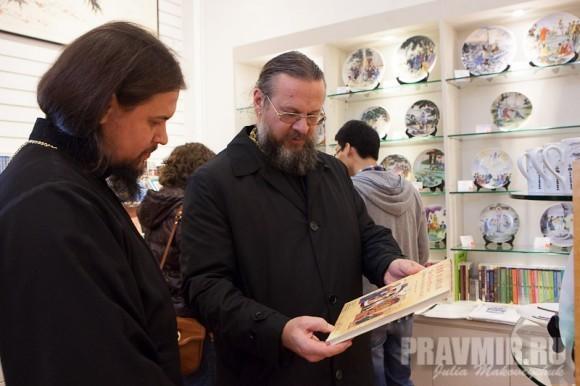 Владыка Ефрем и прот. Алексей Кисилевич (Шанхай) рассматривают Евангелий на китайском языке