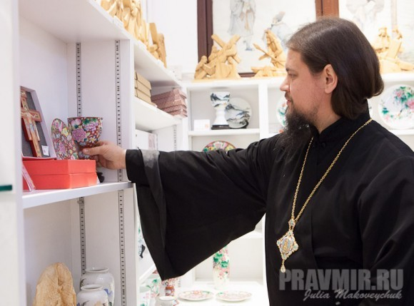 Владыка Ефрем в сувенирной лавке