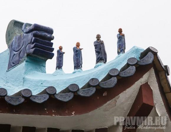 Фигруки апостолов на крыше Лютеранского храма Тао Фэн Шань