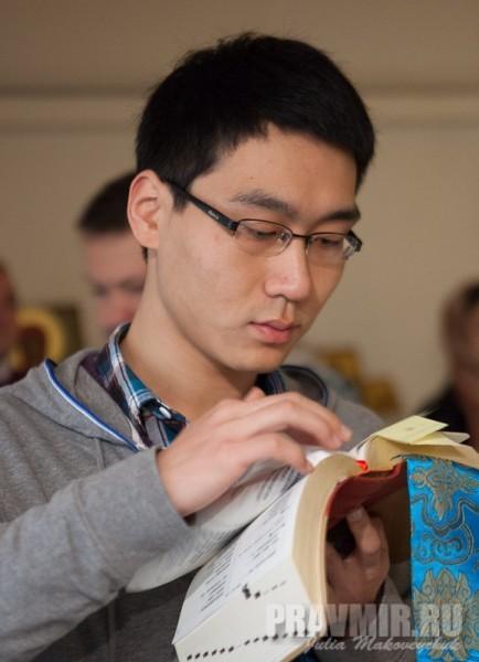 Китайский студент Амвросий, учащийся в России, читает кафизму по-китайски