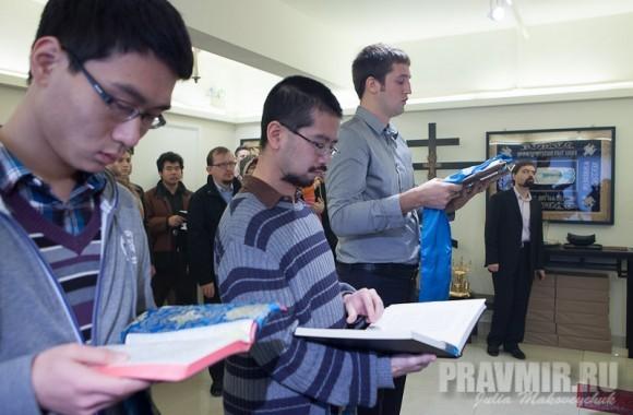 Амвросий, Митрофан Чин из Бостона и Иван Щелоков из Гуаньчжоу читают Апостол на трех языках по очерди