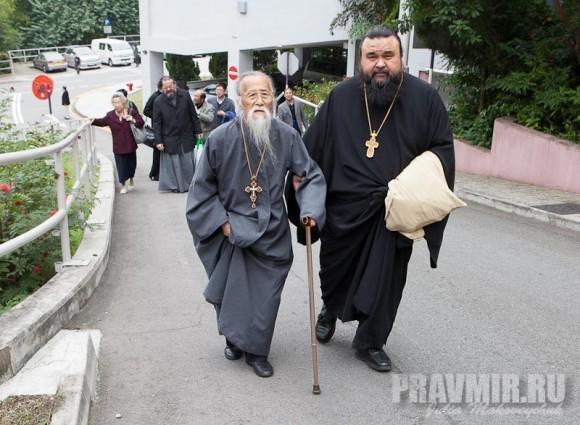Протоиерей Михаил Ли (Австралия) при поддержке отца Владимира Бойкова (Новая Зеландия) подниматся в часовню Чунг Чи (Chung Chi Chapel)
