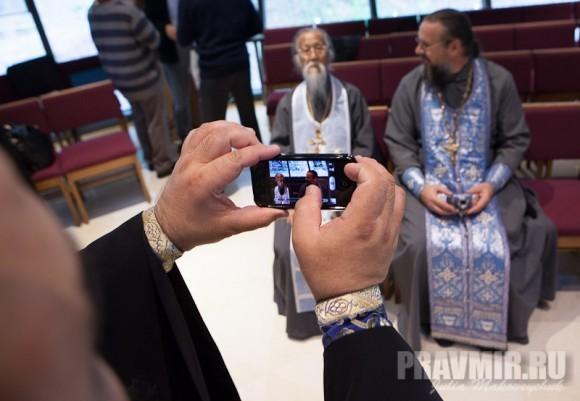 отец Владимир фотографирует бывшего шанхайского иерея Михаил Ли и нынешнего о.Алексея Кисилевича на память