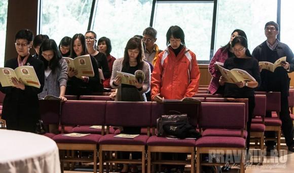 китайские студенты на молебне
