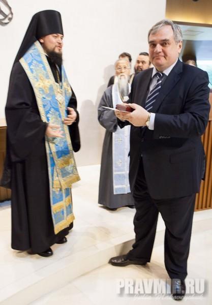 владыка Ефрем вручает наградную памятную монету Генеральному консулу В.А.Калинину