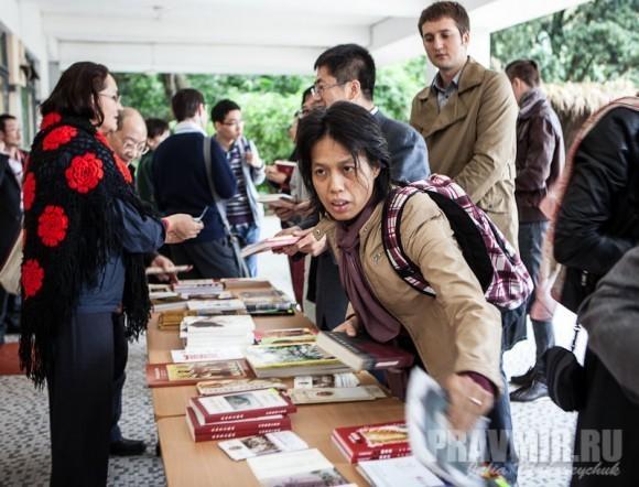 экспозици книг вызвала живой интерес у китайцев