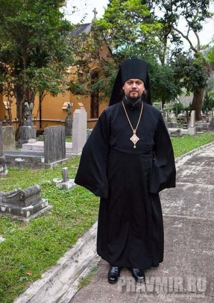 епископ Ефрем на фоне кладбищенской часовни