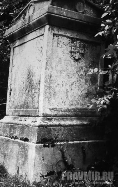 надгробье настоятеля посольской церкви протоиерея Якова Смирнова. Умер в 1840 г.