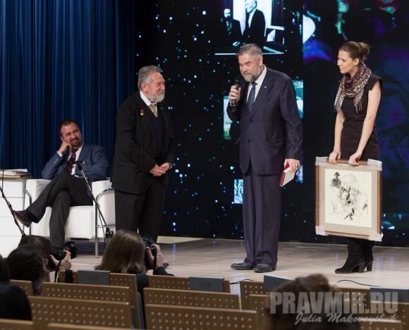 Художник Сергей Витальевич Горяев вручает подарок - картину