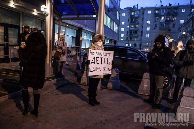 Пикеты против запрета усыновления зарубеж у Государственной Думы. Фото Юлии Маковейчук (37)