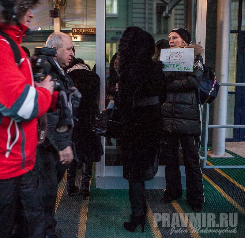 Пикеты против запрета усыновления зарубеж у Государственной Думы. Фото Юлии Маковейчук (11)