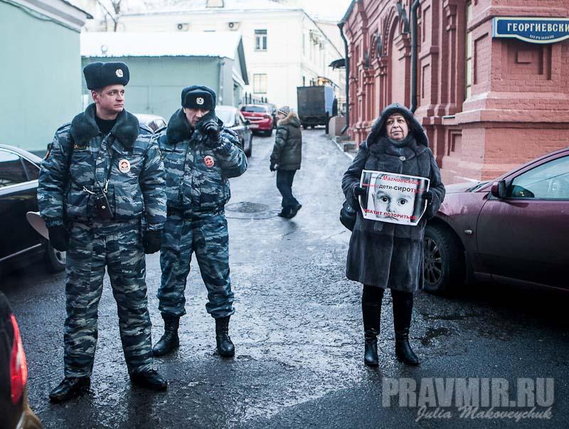 Пикеты против запрета усыновления зарубеж у Государственной Думы. Фото Юлии Маковейчук (7)
