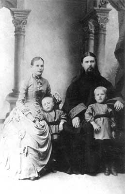 Священник Алексий Троицкий с женой и сыновьями Владимиром (справа) и Димитрием. Фото: pravoslavie.ru