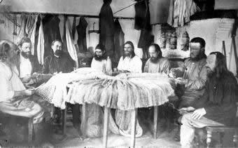 Архиепископ Иларион (Троицкий) в Соловецком лагере среди заключенного духовенства (второй справа). Фото: pravnov.ru