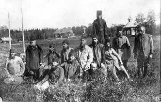 Архиепископ Иларион (Троицкий) среди духовенства в Соловецком лагере (седьмой слева). Фото: pravnov.ru