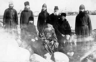Архиепископ Иларион (Троицкий) среди духовенства в Соловецком лагере (второй справа). Фото: pravnov.ru