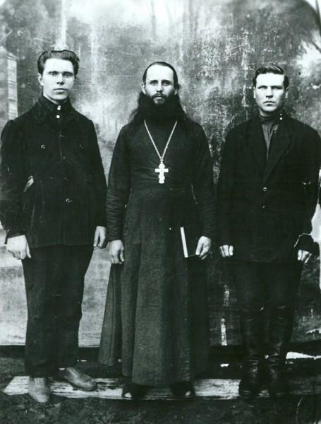 Священник Емелиан Киреев (в центре). Фото: spmm.ru