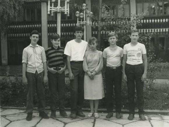 В пионерском лагере. 1990 год. (Второй слева)