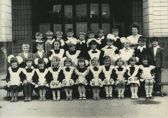 Корец, СШ №3, 1 класс. 1984 год. (Средний ряд, первый справа)