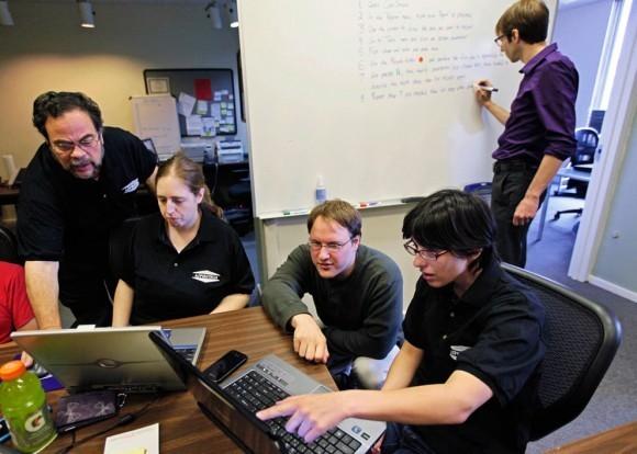 Соучредитель Aspiritech Моше Уэйцберг (слева) работает с сотрудниками Кэти Левин, Рик Александр и Джейми Шпехт, специализирующимися на поиске ошибок в программном обеспечении, Хайленд-Парк, штат Иллинойс, 8 сентября 2011. Aspiritech нанимает в этих целях только людей, страдающих аутизмом. Они характеризуются повышенным вниманием, способностью повторять один и тот же процесс снова и снова, отличной памятью на детали и многими другими чертами.