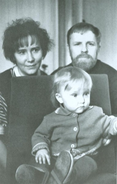 C женой и дочкой Анной