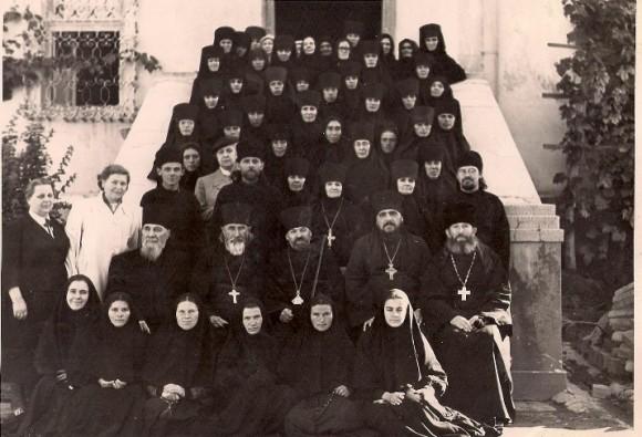 Архимандрит Василий с сестрами и духовенством обители. В центре епископ Догрофей(Филип). 1961год.