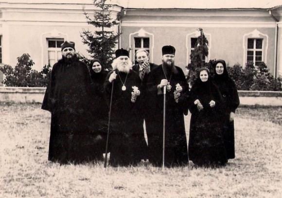 О. Василий с гостями обители. В центре епископ Николай (Кутепов)