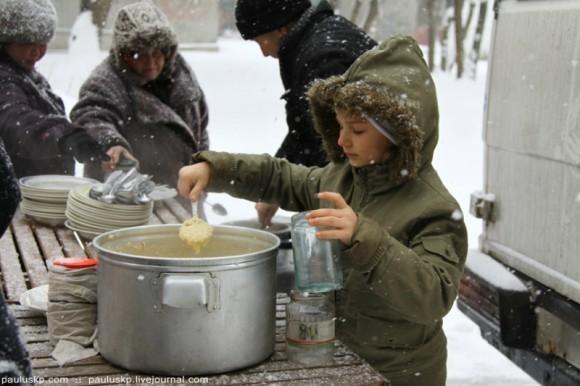 Раздавать еду помогает дочка Алиса